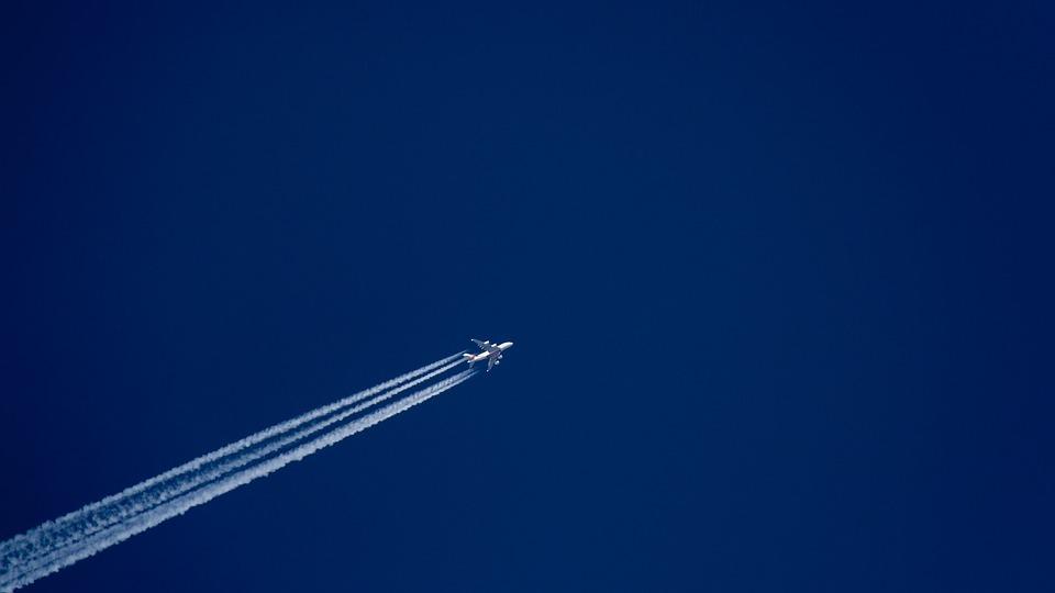 čáry za letadlem