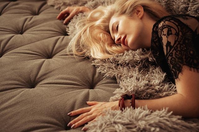 blondýna na kožešině