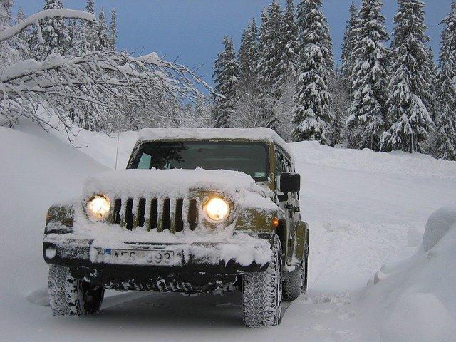 zasněžený jeep