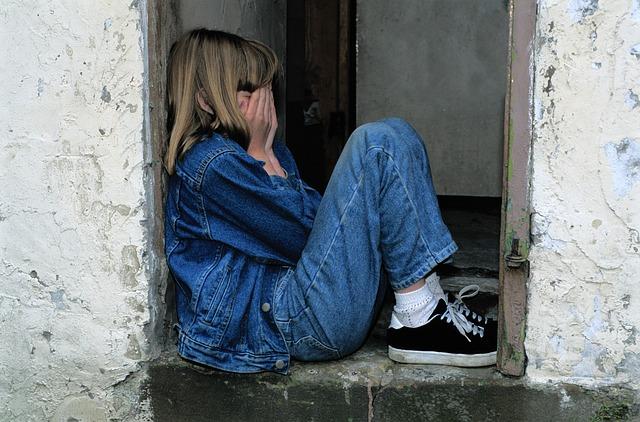 dítě sedící ve dveřích