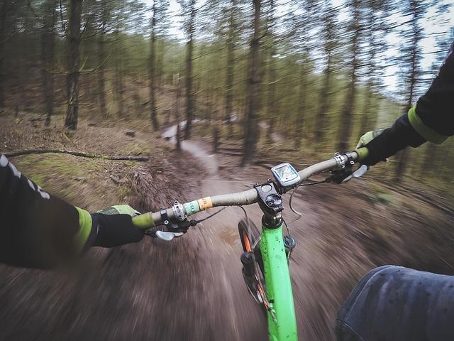 ruce na řidítkách kola